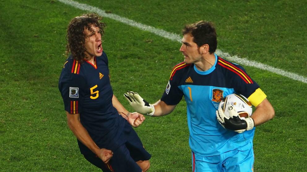 Iker Casillas y Carles Puyol, en el Mundial de 2010. (Getty)