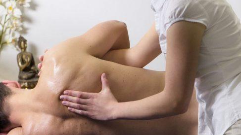El dolor lumbar suele ocasionar frecuentes molestias en la parte baja de la espalda.