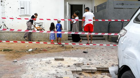 Una calle de Sderot, en el sur de Israel, tras los impactos de los cohetes lanzados por los terroristas de Hamas. (AFP)