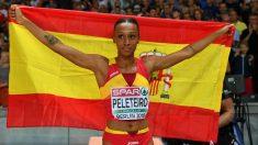 Ana Peleteiro celebra su medalla con la bandera de España. (AFP)
