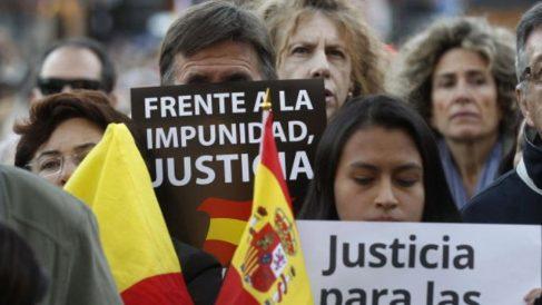 Un familiar de una víctima de ETA pide justicia durante una manifestación de Dignidad y Justicia.