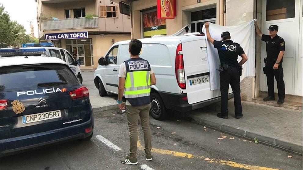 Agentes de Policía cubren con una sábana el cadáver de la bebé en la calle de s'Hort des Cabré, de Manacor, donde se produjo el suceso. (EP)