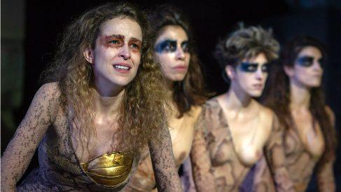 Silvia Abascal y algunas de 'Las Amazonas' durante su actuación en el Festival de Teatro de Mérida. (EP)