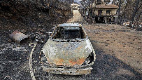 Daños causados en la urbanización Las Cumbres tras el paso del incendio de Llutxent. (EFE)