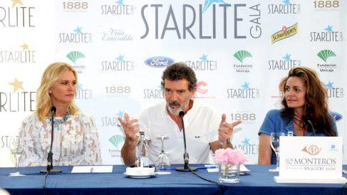 Antonio Banderas entre la modelo Valeria Mazza y la empresaria Sandra García-Sanjuán (Foto: EFE).