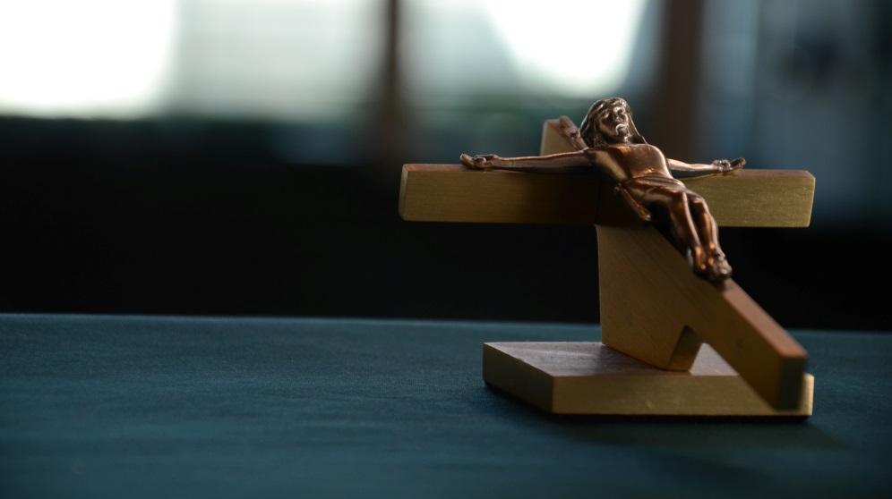 Cómo hacer un crucifijo de madera