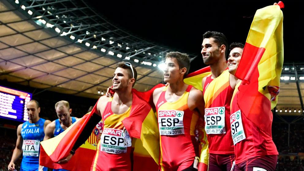 España celebra su bronce en 4X400. (AFP)