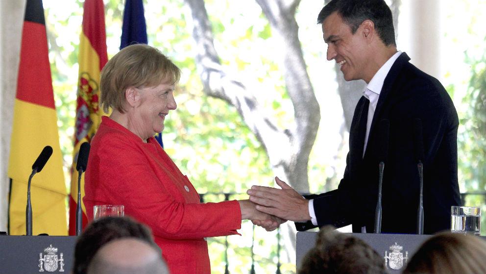 Sánchez y Merkel en la reunión sobre inmigración que tuvieron en Sanlúcar (Foto: EFE).