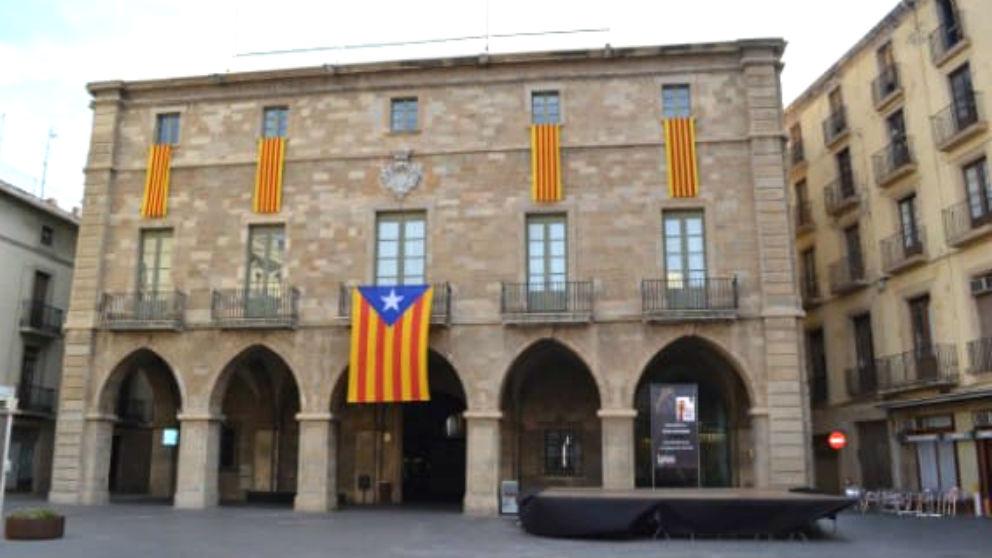 Una enorme bandera estelada en la fachada del Ayuntamiento de Manresa, gobernado por el PDeCAT y ERC.