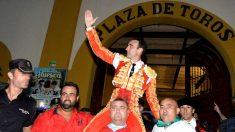 Enrique Ponce sale a hombros, este domingo en Huesca (Foto: EFE).