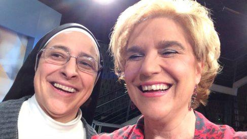 La monja independentista Sor Lucía Caram junto a Pilar Rahola.