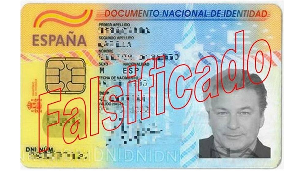 El estafador utilizó un DNI falsificado con la foto del actor Alec Baldwin.
