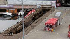 Así ha quedado el agujero trtas el derrumbe de parte del paseo marítimo de Vigo. Foto: EFE