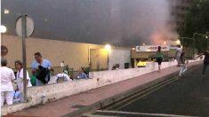 Las llamas asoman junto a la entrada de Urgencias del Hospital de La Candelaria en Tenerife. (EP)