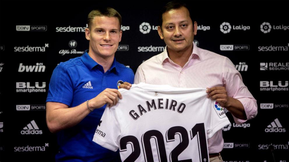 Gameiro, presentando como nuevo jugador del Valencia. (EFE)