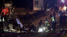 Agentes del cuerpo de bomberos trabajan en la zona donde más de mas de dos centenares de personas resultaron heridas al desplomarse un muelle en Vigo. Foto: EFE