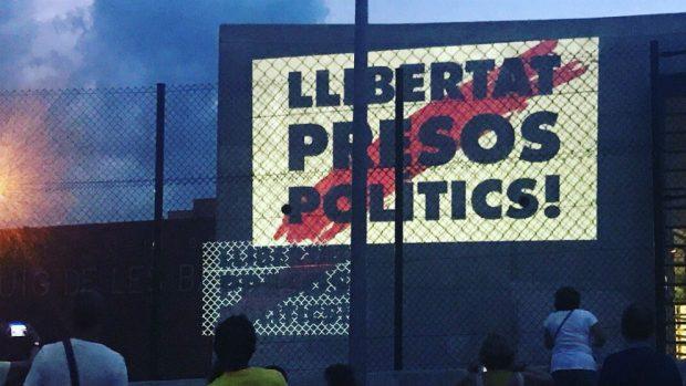 Proyección sobre un muro de la cárcel de Puig de les Basses. Foto: @CDRFigueres vía Twitter