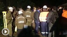 Bomberos de Chiguayante (Chile) luchan contra las llamas de la residencia Santa Marta.
