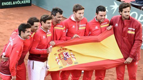 El equipo español de Copa Davis posa con la bandera de España. (AFP)