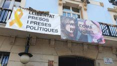 Pancarta a favor de los golpistas en la plaza de la Villa de Gracia, en Barcelona. (TW)