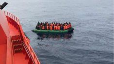 Salvamento Marítimo rescatando una infraembarcación con inmigrantes a bordo en el estrecho. (EP)