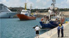 El 'Aquarius', con más de 140 inmigrantes a bordo, atraca en el puerto de La Valeta (Malta). (AFP)