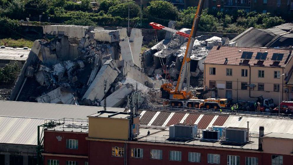 Los equipos de rescate trabajando en el lugar donde se desplomó el puente Morandi de Génova (Italia). Foto: AFP