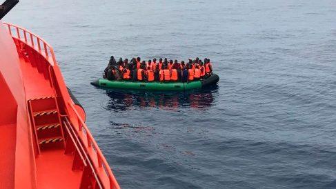Inmigrantes en una patera avistada desde uno de los barcos de Salvamento Marítimo. Foto: Europa Press