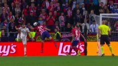 Juanfran tocó el balón con la mano en el área.
