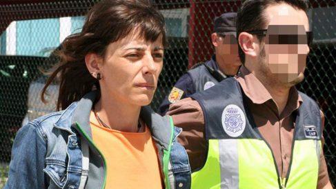 La preso de ETA Leire Etxeberria Simarro custodiada por un agente de Policía.