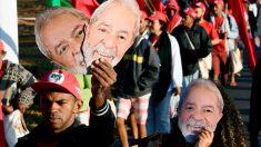 Brasileños con caretas de Lula da Silva mostrando su apoyo al político encarcelado y candidato a la Presidencia de Brasil. Foto: AFP