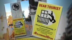 Carteles incitando al balconing para matar turistas en Barcelona.