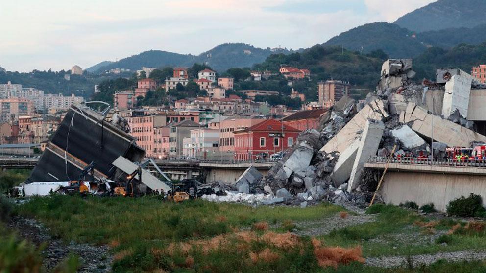 Escombros bajo el lugar donde se alzaba el puente Morandi de Génova derrumbado este martes y en el que han perdido la vida más de 30 personas. Foto: AFP