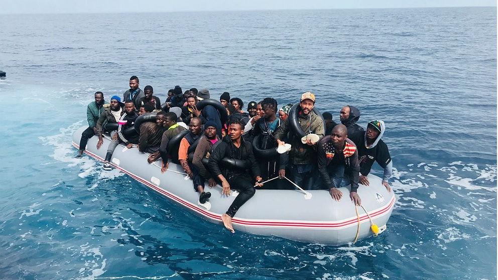 Una patera repleta de inmigrantes fotografiada desde un barco de Salvamento Marítimo. (EP)