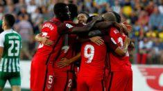 Los jugadores del Sevilla celebran uno de los goles. (EFE)