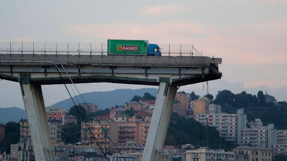 Un camión frente al puente Morandi seccionado tras derrumbarse en Génova. Foto: AFP