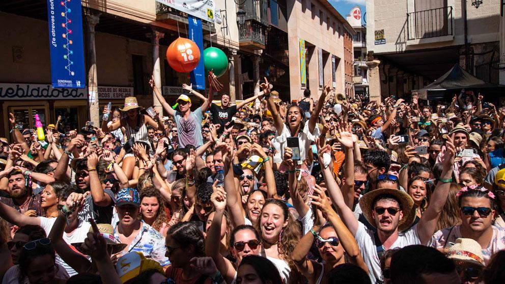 Miles de personas disfrutan de la algarabía que se forma en los conciertos de la Plaza del Trigo de Aranda de Dueron durante el Sonorama RIbera. Foto: Sonorama Ribera