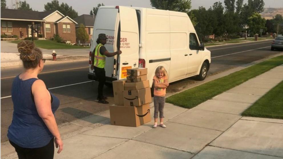 Viral niña de 6 años gasta por Internet 300 dólares en juguetes