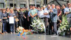 Guardias civiles, mossos, policías nacionales y agentes de la Guardia Urbana de Barcelona hacen una ofrenda floral por las víctimas del 17-A. (EP)