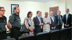 Abel Caballero, alcalde de Vigo, felicita a los guardias civiles por su labor en el accidente de O Marisquiño. (EP)