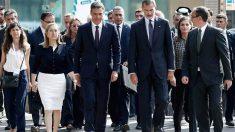 El Rey Felipe VI acompañado de Pedro Sánchez, Ana Pastor y otras autoridades en el homenaje a las víctimas de los atentados del 17-A. Foto: EFE