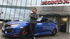 Fernando Alonso posa en la puerta de la fábrica de Honda.