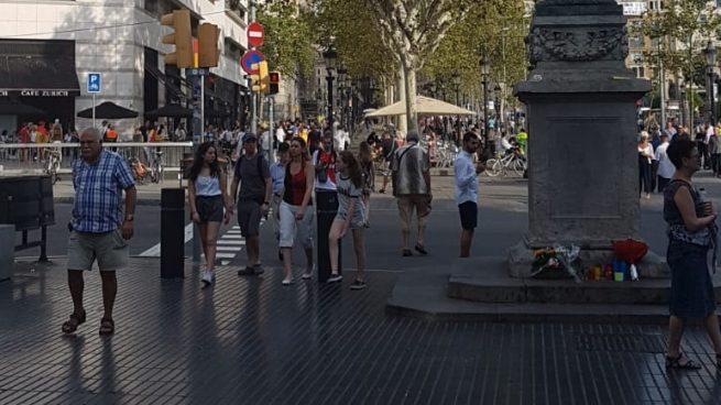 El Ayuntamiento retira las flores de las víctimas en recuerdo por los atentados de Barcelona