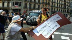 Un independentista se ríe de un constitucionalista en las calles de Barcelona. (EP)