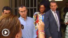 La madre de una chica herida en el derrumbe de O Mariquiño increpa al alcalde de Vigo, Alber Caballero.