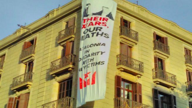 Los independentistas cuelgan otra gran pancarta contra el Rey en plena Rambla