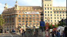 La pancarta contra la presencia del Rey Felipe VI instalada en un edificio de la Plaza Cataluña.