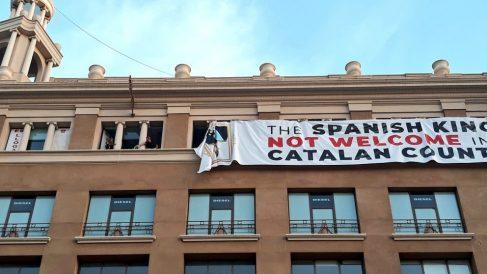 La pancarta, con la foto del Rey Felipe VI boca abajo, en el número 9 de Plaza Cataluña en Barcelona.