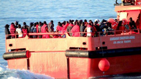 Un buque de Salvamento Marítimo llega a Algeciras con inmigrantes rescatados de pateras (Foto: EFE).