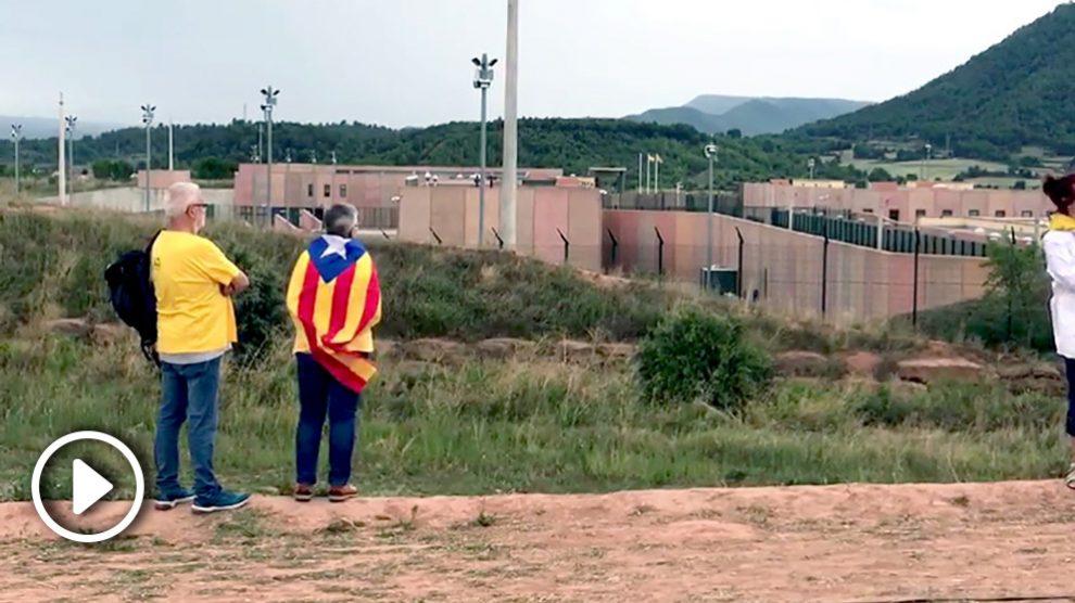 Los independentistas  ante la cárcel de Lledoners